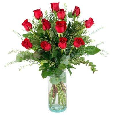 ramo-de-12-rosas-rojas-46e-con-ramaje-verde-presentado-en-un-jarron-de-cristal